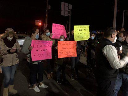 Manifestantes exigen la liberación de Azucena Calvillo en la madrugada de este miércoles.