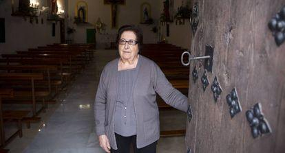 Angelina Córdoba abre la puerta de la iglesia de Corumbela (Málaga).