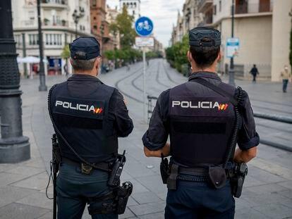 Agentes de Policía Nacional en el centro de Sevilla, durante labores rutinarias de vigilancia.