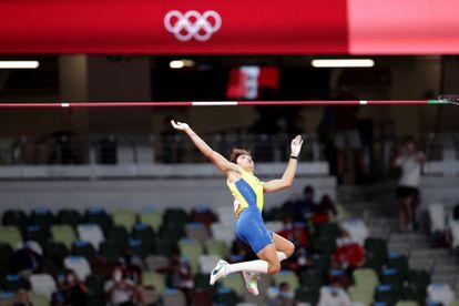 Duplantis compitiendo en la final del salto con pértiga en la que ganó el oro este martes en Tokio.