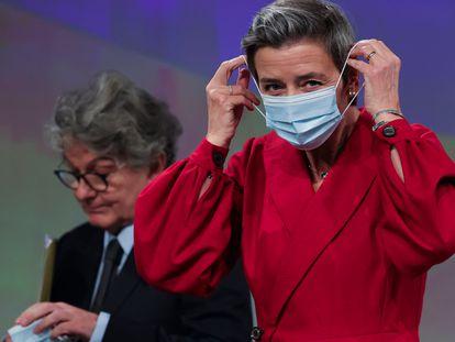 La vicepresidenta de la Comisión Margrethe Vestager y el comisario de Mercado Interior, Thierry Breton, este martes en Bruselas.