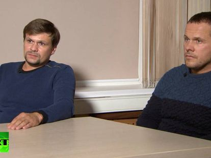 Anatoli Chepiga y Alexander Mishkin (identificados entonces como Alexander Petrov y Ruslán Boshirov), espías rusos acusados por el Reino Unido del ataque a Serguéi Skripal, en una captura de su entrevista con Margarita Simonián en 'Russia Today' en 2018.