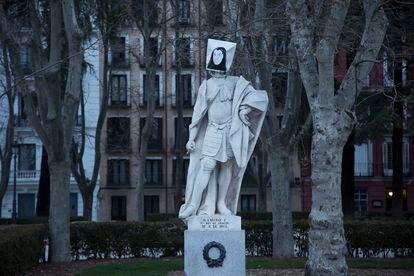Una de las estatuas de la madrileña plaza de Oriente tapadas con efigies femeninas con ocasión del Día de la Mujer, este lunes. CARANTONIA