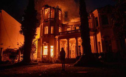 Una facultad en Santiago de Chile ardiendo durante las protestas contra el Gobierno de Sebastian Piñeira, el pasado 6 de diciembre.