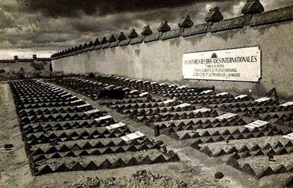 Tumbas de brigadistas en el cementerio de Fuencarral antes de que las autoridades franquistas las trasladaran a una fosa común