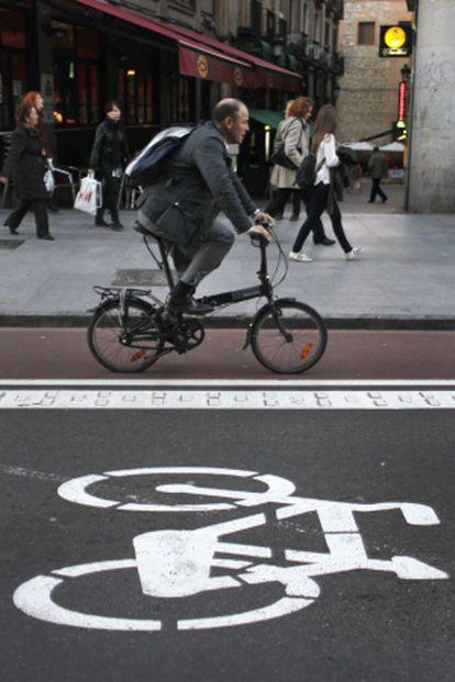 Un ciclista utliza el carril bici para ir al trabajo.