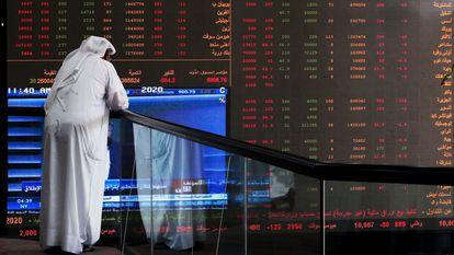 Un inversor, este domingo frente a un panel de la Bolsa de Kuwait.