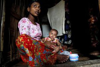 Una bangladesí de la minoría rohingya con su bebé en un campo de refugiados en Birmania.