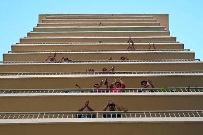 Vecinos de Gurgaon (India) aplauden a los profesionales que pelean contra el coronavirus el día en que se decretó la cuarentena en el país, el pasado 22 de marzo.