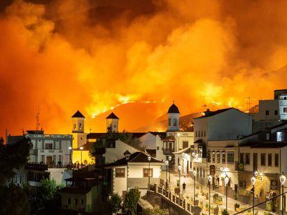 El municipio canario de Tejeda, anoche con el incendio al fondo.