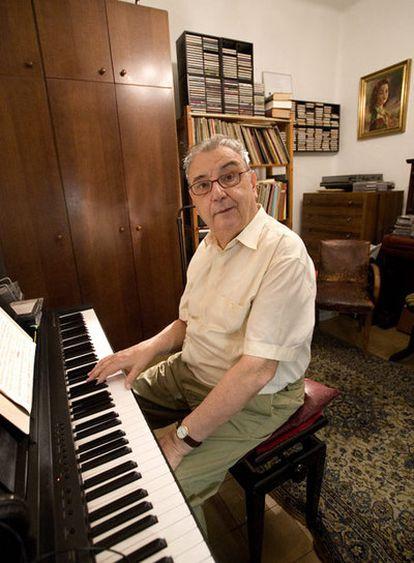 Joan Guinjoan compone en su casa de Barcelona. <b><i>Sincrotón-Alba. Sinfonía número 3</b></i> es su última pieza.