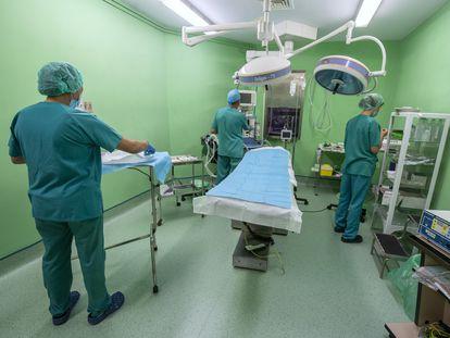 Personal sanitario prepara uno de los quirófanos de la Clínica Isadora en Madrid.