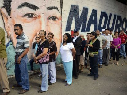 Colas a la entrada de un colegio electoral en Caracas.