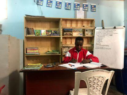 Un alumno de secundaria estudia en la biblioteca que ha instalado el Centro Big5 en el suburbio Komarock.