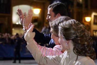 La reina Sofía, Letizia y Felipe saludan a su llegada a la entrega de los últimos Premios Príncipe de Asturias en Ovedo