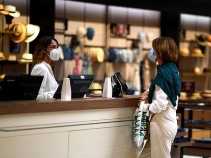 Una empleada de un centro comercial en Madrid habla con una clienta el pasado 8 de junio.