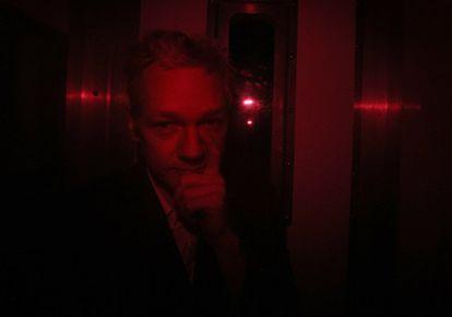 Julian Assange llega a la corte de Westminister dentro de un furgón de la policía.
