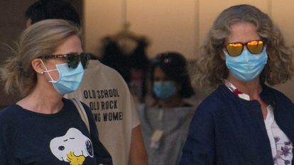 Las Infantas Cristina y Elena de Borbón disfrutan juntas de una tarde de compras en Madrid, el pasado verano.