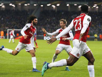 Los jugadores del Arsenal celebran su primero gol ante el CSKA en Moscú.