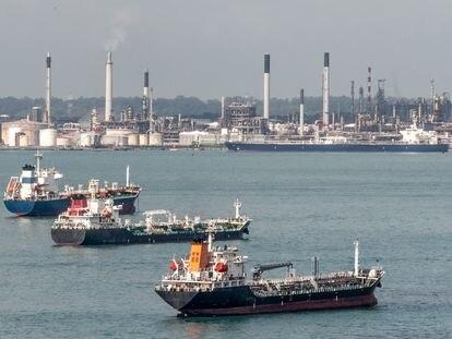 Barcos en una refinería de Singapur.