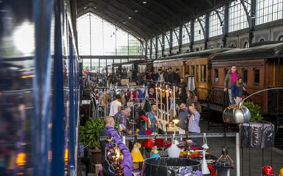 El público visita los puestos y los vagones expuestos en el Museo del Ferrocarril durante el último Mercado de Motores.