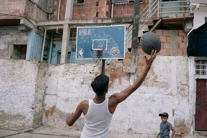 Jóvenes juegan en una cancha del barrio de Carapita en Caracas.