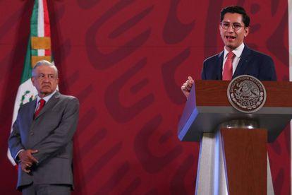 Andrés Manuel López Obrador en compañía de Roberto Velasco, director general para América del Norte de Cancillería, durante una conferencia el 22 de octubre.