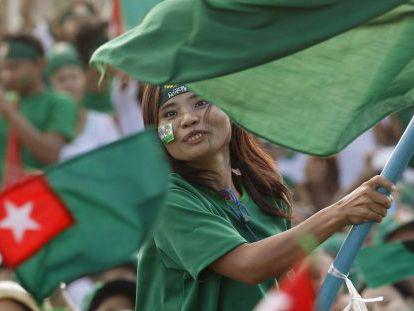 Partidarios de la formación en el Gobierno, este viernes durante un acto electoral en Rangún.