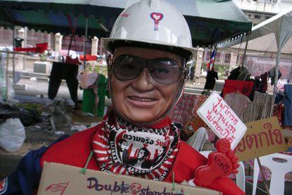 Muñeco con la careta de Thaksin, en el campamento <i>rojo</i> de Bangkok.