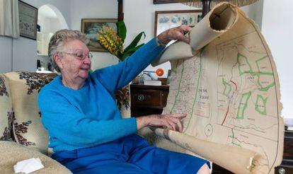 Isobel Simons, de 80 años, señala un mapa que muestra los límites de su antigua granja en Mvurwi, que fue recuperada durante el programa de reforma agraria de Zimbabue, en su casa de retiro en Harare, marzo de 2020.