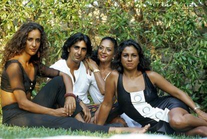 La artista, en 1990, rodeada por sus hijos, Rosario, Antonio (fallecido el 30 de mayo de 1995) y Lolita.