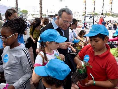 """Isidro Fainé, presidente de la """"la Caixa"""", hablando con niños del programa CaixaProInfancia."""