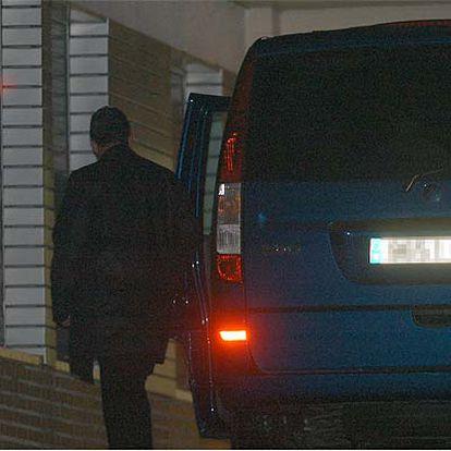 El vehículo en que llegaron los Príncipes a la clínica.