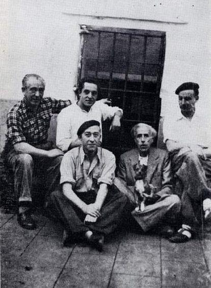 Julián Besteiro (con un perro) y otros presos en la cárcel de Carmona en 1940.