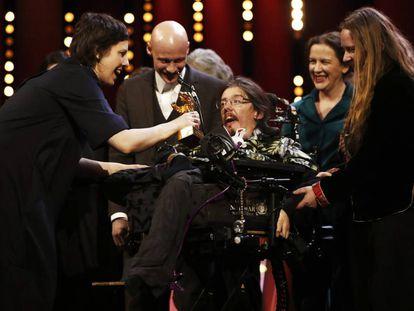 Adina Pintilie comparte su Oso de Oro con sus actores Tómas Lemarquis (detrás) y Christian Bayerlein, en silla de ruedas.