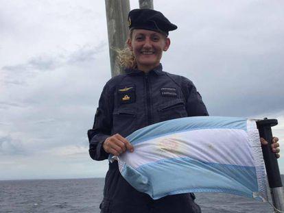 Eliana María Krawczyk con la bandera argentina.