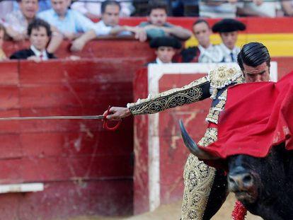 El diestro Emilio de Justo da un pase a su primer astado durante el tercer festejo de la Feria de Julio de València.