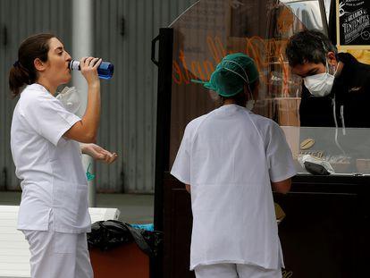 Personal sanitario descansa y se hidrata en los exteriores del hospital de campaña de Ifema, el pasado viernes en Madrid.