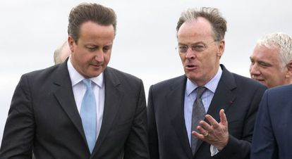 David Cameron y el director de la empresa estatal francesa EDF, Vincent de Rivaz, visitan el lugar en el que se construirá la nuclear Hinkley Point C.