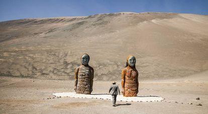 Arriba, una serie de imágenes de momias chinchorro en el Museo San Miguel de Azapa, y un monumento dedicado a las Momias del Chinchorro en la comuna de Camarones.