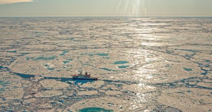 El rompehielos alemán 'Polarstern', de la misión MOSAIC, varado en la banquisa ártica.