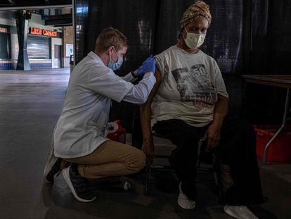 Un enfermero administra gratuitamente la vacuna de la gripe a un paciente en Comerika Park, en el centro de Detroit, (Estados Unidos) el 10 de noviembre de 2020.