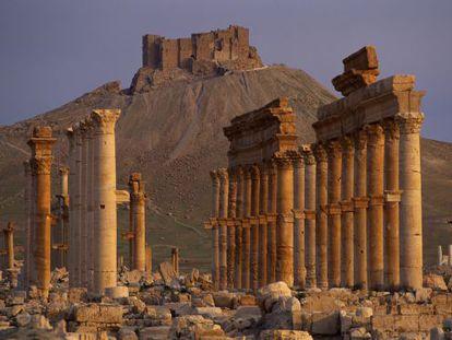 Ruinas de la ciudad romana de Palmira (Siria), con el castillo árabe al fondo