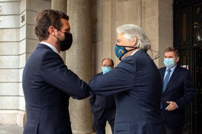 El líder del PP, Pablo Casado, saluda este viernes en Barcelona al presidente de Foment del Treball, Josep Sanchez-Llibre.