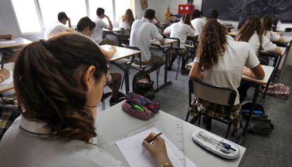 Alumnos de un centro de Valencia, durante un examen.