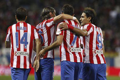 Los jugadores del Atlético celebran uno de los goles de Adrián.