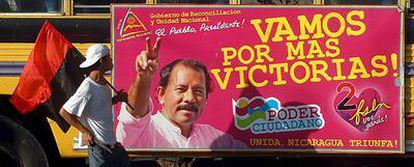 Autobús con un anuncio electoral de Daniel Ortega, el miércoles en Managua.
