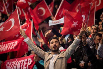 Seguidores del AKP este sábado en el mitin de Ankara.