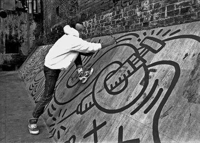 Haring, durante la creación de su obra, en 1989.
