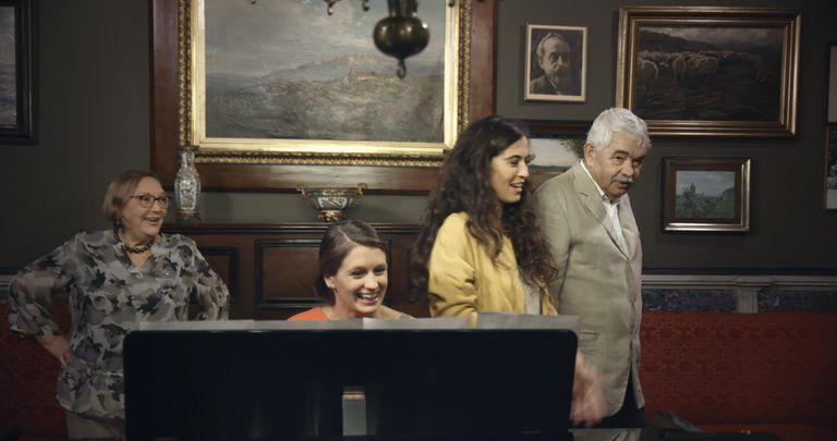 Diana Garrigosa, Lluna Pintado, Sílvia Pérez Cruz y Pasqual Maragall, en un fotograma del documental 'Maragall i la Lluna'.